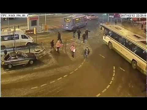 Автобус снес ограждения и протаранил столб на севере Москвы