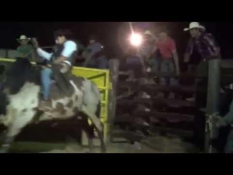 Wendel Pinheiro  montando o touro Cajuru no rodeio da Cia Rodrigo Cruz em Mococa