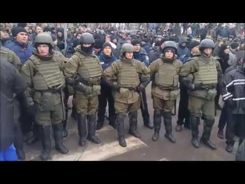 Люди заблокировали автобус с Саакашвили