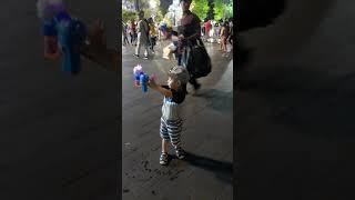 em bé chơi súng bắn bong bóng