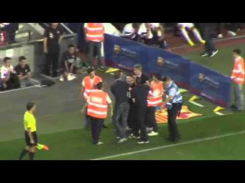 A fan entering Barcelona stadium trying to reach Neymar  - Barcelona x Santos 02.08.2013