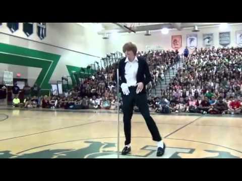 Kid Has Impressive Michael Jackson Dance and Moonwalk
