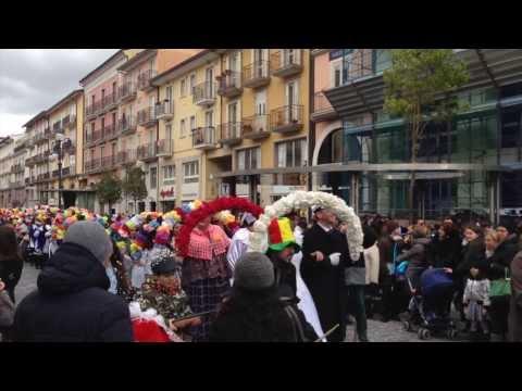Introduzione al Carnevale Irpino del 2014 ad Avellino, con la sfilata dei diversi gruppi che interpretano, eccellentemente, nelle realtà della provincia la famosa e rinomata Zeza. Il video...