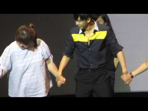 2013.9.7 Lee Seung Gi In Singapore ..hilarious Hula Hoop Game ^^ video