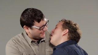 Homens beijam homens pela primeira vez