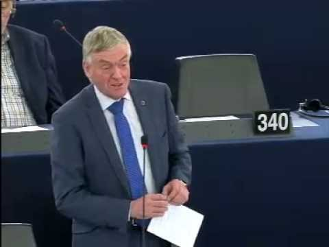 Wim van de Camp in debat over overtredingen in de transportsector. Eurocommissaris Bulc is aanwezig.