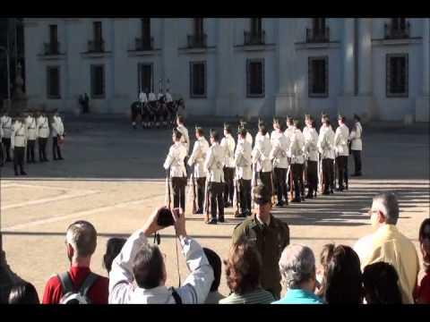 Este video foi feito no momento da troca da guarda chilena. O Governo Chileno localiza-se na Avenida La Moneda, o Palácio La Moneda é a sede do Governo do Ch...