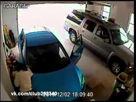 Девушка выезжает из гаража :-)