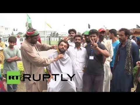Pakistan: Barber dishes out free haircuts at Imran Khan rally