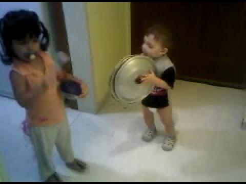Ludwig tocando unos