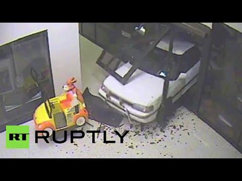Smash & grab: Burglars drive through shopping center, ram-raid jewelry store