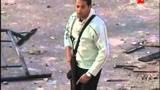 العديد من المدنيين ممسكين اسلحة الى جانب قوات الامن