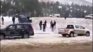 Toyota Land Cruiser V8 VS Toyota Hilux