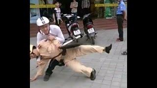 Lái xe taxi đánh nhau với xe máy, công an đứng nhìn bất lực
