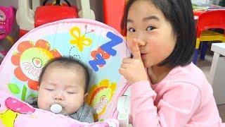 Boram ayuda a su mama 보람이의 아기 돌보기 놀이