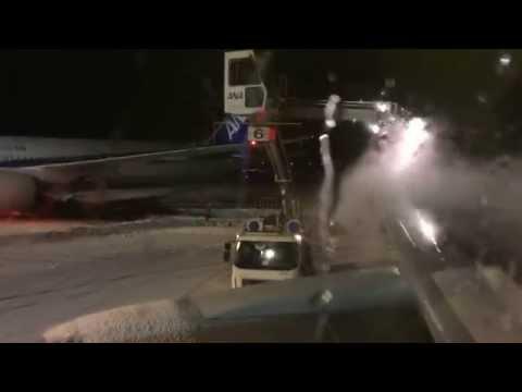 暴風雪で機内に2時間缶詰、5時間遅れで離陸 Delayed for 5 hours by blizzard in Japan.