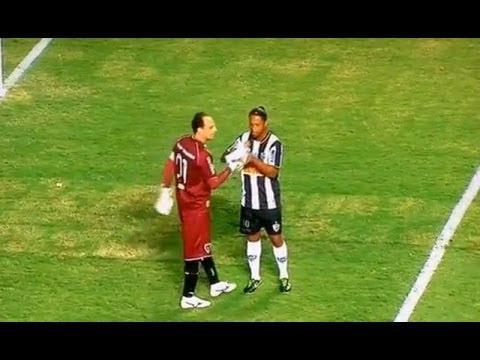 Ronaldinho le Pide Agua al Portero Rival y ve Como le Paga Lol