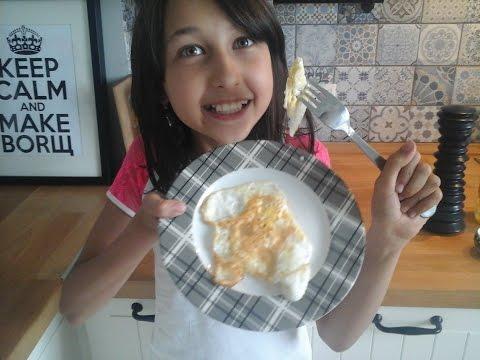 Как пожарить яичницу. Жареные яйца. Дети готовят еду сами.