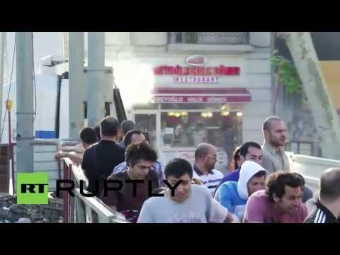Turkey: Tourists switch sun glasses for gas masks