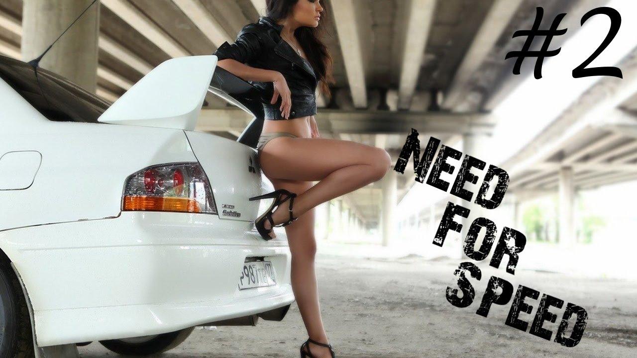 Сексуальная брюнетка на шпильке за рулем автомобиля 2 фотография