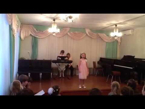 Поет девочка Кристина, 8 лет