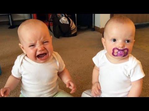 Bébés jumeaux adorables