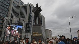 カラシニコフ氏の銅像除幕