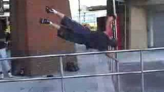 tipos que saltan edificios !sorprendente!xd