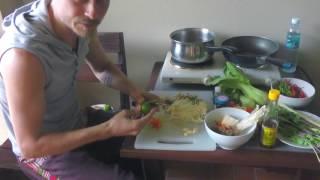 Тайские блюда -  рецепт лапши с морепродуктами и тайскими овощами (шеф-повар Константин Жук)