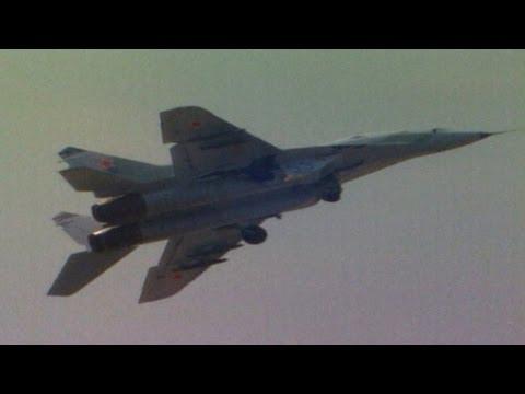 """МиГ-29 выполняет фигуру """"колокол"""". Архивные кадры"""
