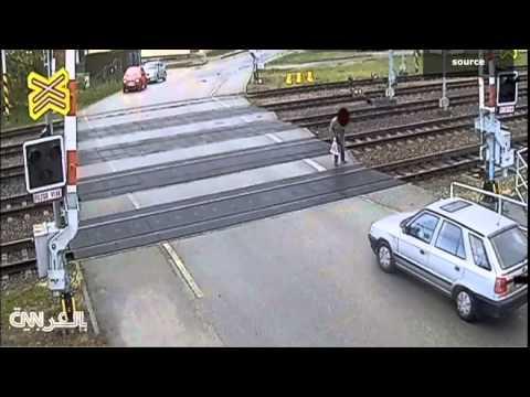 عجوز ينجو بأعجوبة من مواجهة مع قطار سريع