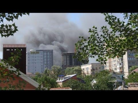 На месте крупного пожара в центре Ростова слышны взрывы
