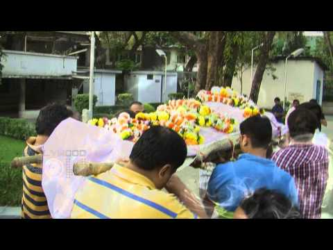Madhur Bhandarkar Mother Passes Away - FUNERAL (VIDEO)