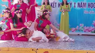 Bảo My múa cùng cô giáo trường Mầm non Thanh Bình.