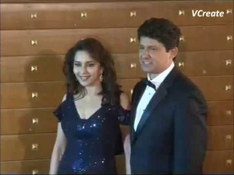 Madhuri Dixit In Dazzling Black Dress At Filmfare Awards 2013. video