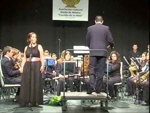 Monica Diaz cantando