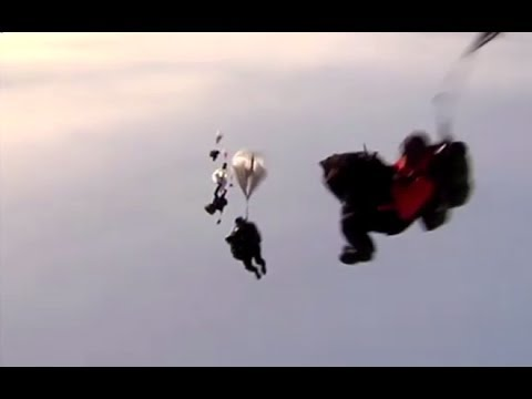 Daredevil Drills: Russian paratroopers land on drifting ices in Arctic Ocean