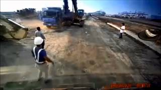 Excavator Driver gets angry and destroys Truck