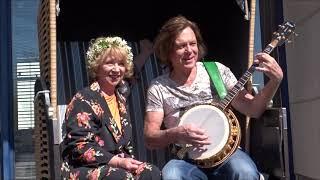 """Jürgen Drews spielt auf seinem Banjo """"Ein Bett im Kornfeld"""" an"""