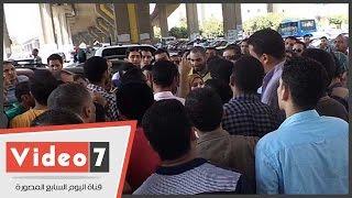 بالفيديو.. حملة الماجستير يتظاهرون أمام