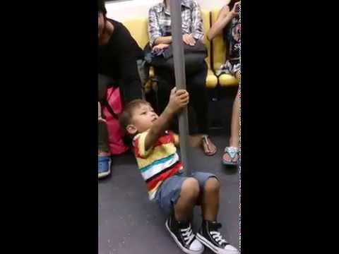 Pole dance kid in Bangkok BTS – 曼谷遇見鋼管舞小孩