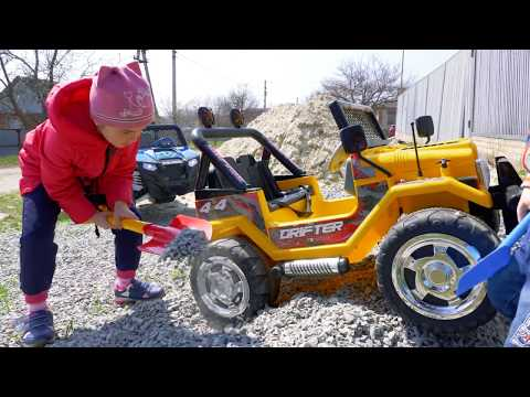 Arthur's car stucked in the sand! Melissa ride on power wheels to help brother