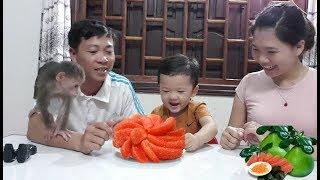 Baby Monkey | Doo Loves Grapefruit With Family - Funny Animals