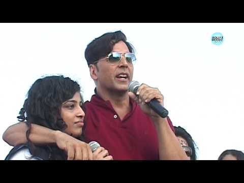 Akshay Kumar Dances With His Fans