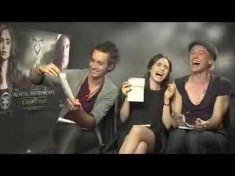 ¡Divertido juego con Lily Collins, Jamie Campbell Bower y Robbie Sheehan! SUBTITULOS EN ESPAÑOL