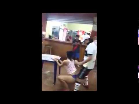 chica paraguaya baila con sus amigos del club