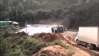 KINH HOÀNG: Ôtô bị lật khi đang leo đèo ở Yên Bái
