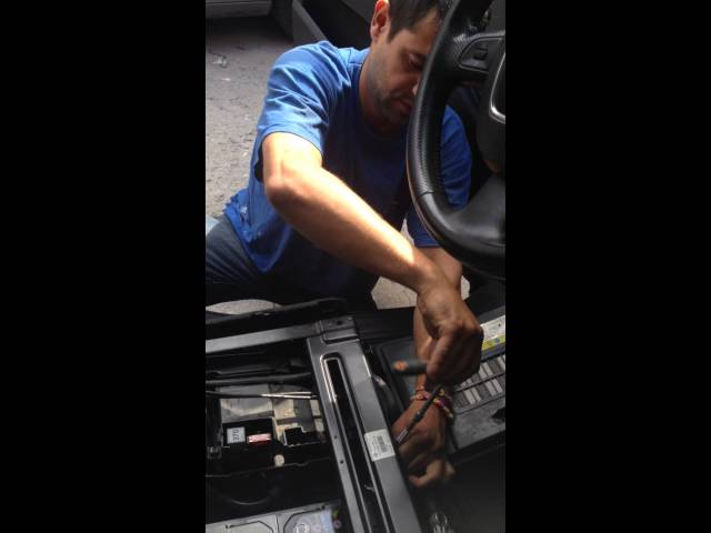 Changer une batterie Audi q7 - YouTube