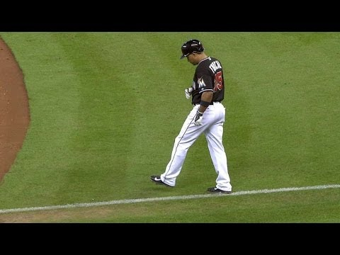 NYM@MIA: Furcal leaves with injury after double play