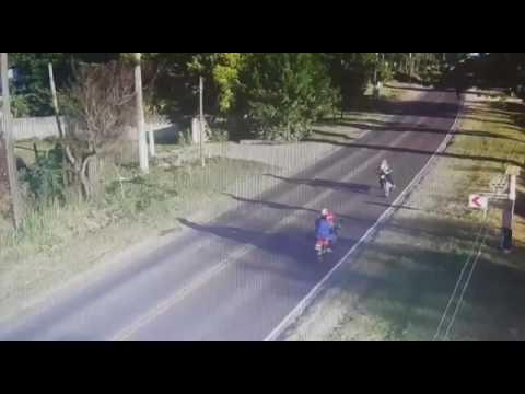 VIDEO El insólito choque de dos motos y de frente en una ruta despejada de vehículos